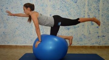 Exercício 1: Equilíbrio e coordenação com apoio em Bola de Pilatos (fotos:PauloMarcelino)
