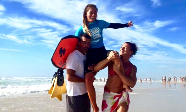 Joana Schenker em ombros, carregada também pelo namorado Francisco Pinheiro, depois da vitória na final da 5ª Etapa Feminina do CNBB (®MissSumolCup)