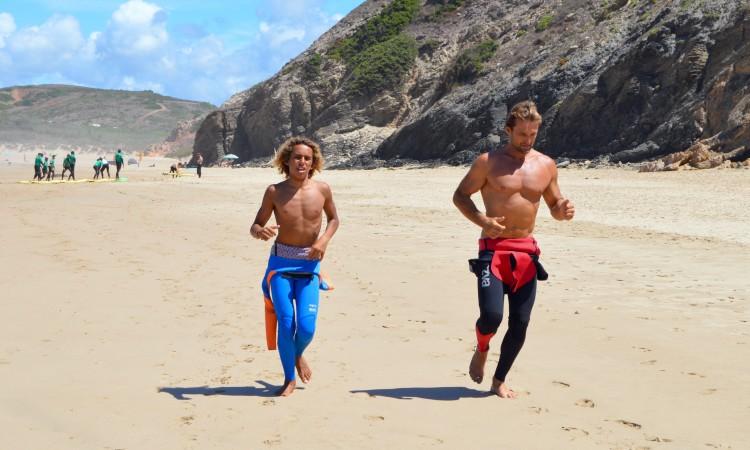 Michael Conlan e o treinador Justin West iniciaram dia de treino com uma corrida na praia (®PauloMarcelino)