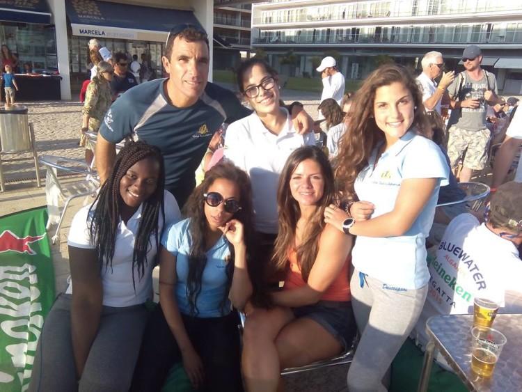 Elementos da Vela Solidária com algumas raparigas do lar de Portimão (®VelaSolidaria)