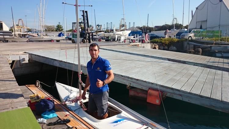 Treinador Luís Brito a trabalhar na afinação do 2.4mR emprestado (®VelaSolidaria)