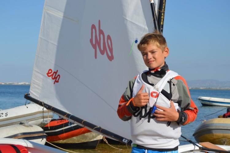 Luís Gonçalves, da Associação Naval do Guadiana, vencedor em Optimist Infantis (®PauloMarcelino/Arquivo/Setembro2015)