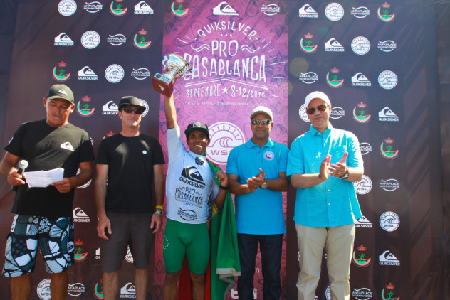 Pedro Henrique no pódio do Quiksilver Casablanca Pro (®WSL)