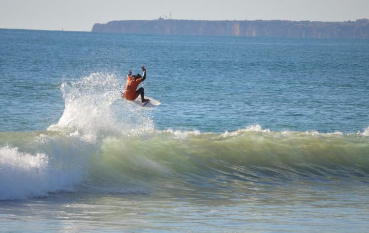 Pedro Henrique 'a voar' na Praia da Rocha, em Dezembro de 2013 (®PauloMarcelino/Arquivo)