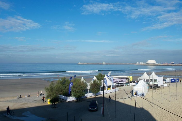 Boas condições para o surf este sábado, primeiro dia da Junior Cup, na Praia Internacional, Porto (®ToMane/JuniorCup)