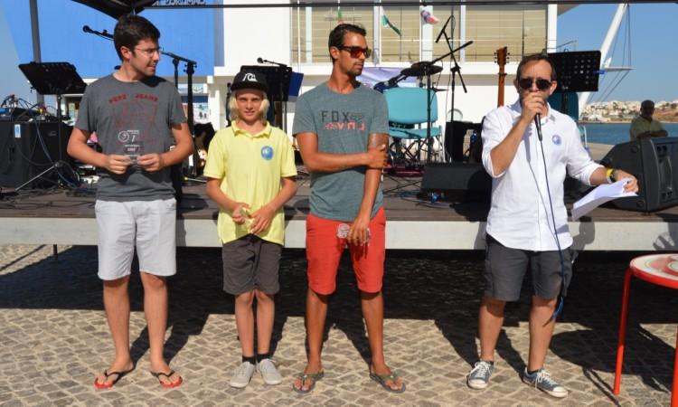 Prémios Mérito Desportivo Surf: irmão de Francisco Duarte; Valentino Miguel e o treinador Paulo Almeida, em representação de Yolanda Hopkins e Martim Magalhães (®PauloMarcelino)