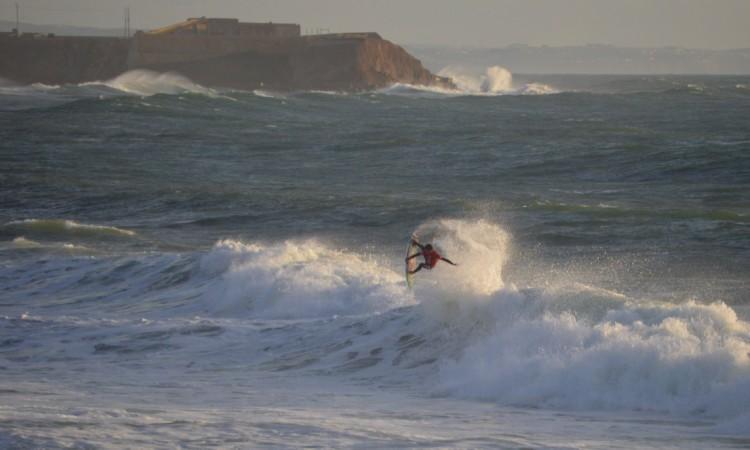 Um dos dois aéreos na onda de 10 pontos feita por Filipe Toledo na final em Supertubos (®PauloMarcelino)