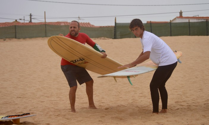 Nacional Longboard | Praia de Faro | 4 outubro |Diogo Gonçalves, à esquerda, e João Dantas partilham wax antes da final Open (®PauloMarcelino)