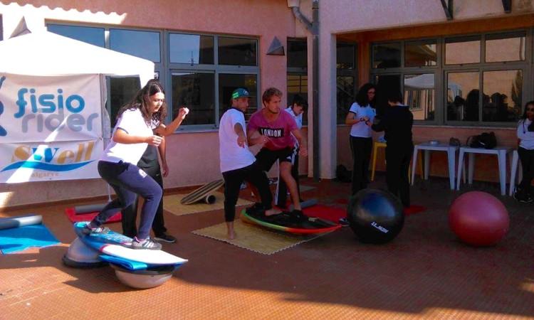 Fisioterapeuta Filipe Costa mostra aos alunos universitários alguns exercícios de fisioterapia preventiva aplicada ao surf (®DireitosReservados)