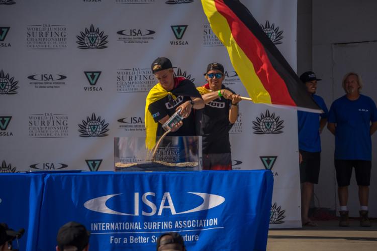 Algarvio Jakob Lilienweiss a agitar a bandeira Alemã na cerimónia de abertura do Mundial, ontem (®SeanEvans/ISA)