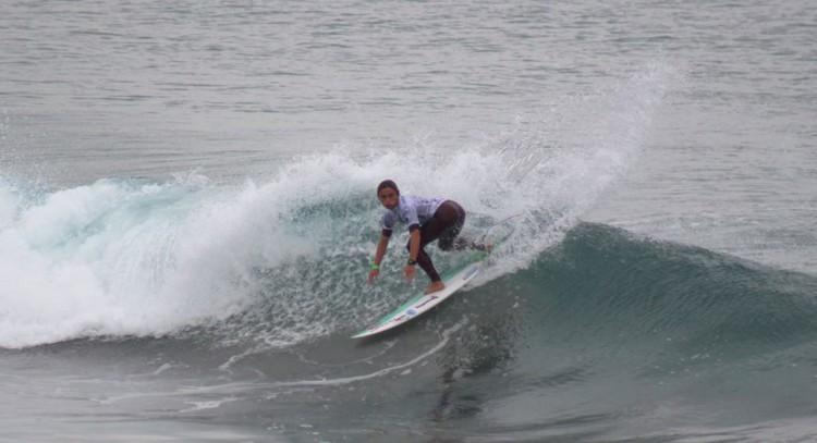 Guilherme Fonseca fez uma onda de 9 pontos na repescagem e o maior 'score' no Dia 3 do Mundial de Surf Junior (®FPS/ArquivoDia1)
