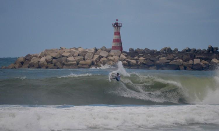 Jeremy Flores foi dos melhores surfistas no mar bravo desta terça-feira (®PauloMarcelino)