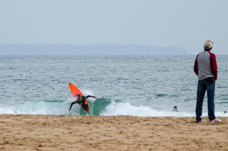 Eduardo Fernandes avanou sempre em 2º em Carcavelos (imagem) e venceu hoje em Santo Amaro o heat que decidiu o título nacional de surf (®PedroMestre/LigaMoche)
