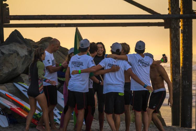 Surfistas da seleção portuguesa apoiam-se unidos na praia (®SeanEvans/ISA)