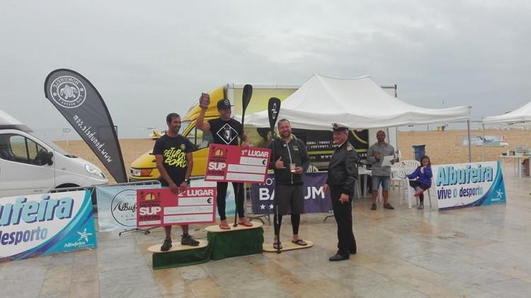 Pódio SUP Race Técnico All Round, com os algarvios Tiago Dinis, 1º; e Guilherme Martins, 2º (®DireitosReservados)