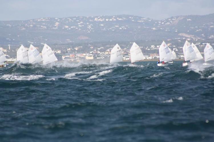 Prova de vela em Faro foi disputada este fim-de-semana com vento forte; condições duras a proporcionar espetáculo no mar (®GCNFaro)