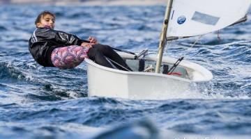 Beatriz Gago (na foto em ação em Vigo) foi a melhor rapariga, 8ª na geral, numa frota com mais de 200 barcos (®LuisFraguas)