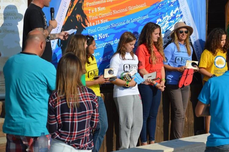 Inês Martins, de branco, no Pódio Feminino de Longboard no Estoril (®AlbertoFelizardo)