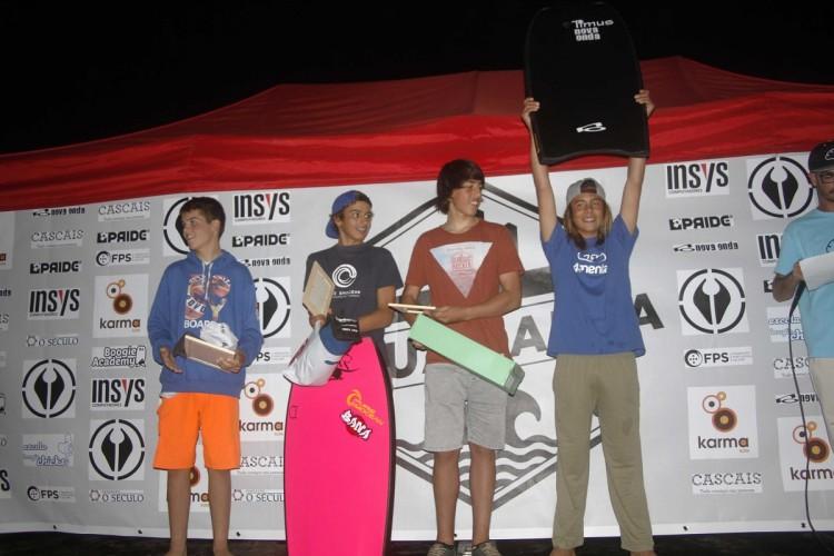 Algarvio Tomás Rosado (de calções cinzentos) no pódio Sub-16 em Carcavelos (®LeoFelix/AquaCarca)