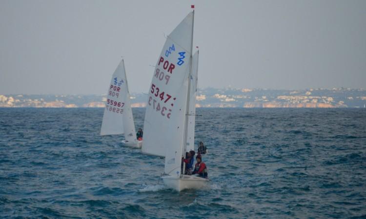 Reviravolta nos 420 com a vitória da tripulação estreante Cristovão Gonçalves & Tomé Dutra (®PauloMarcelino)