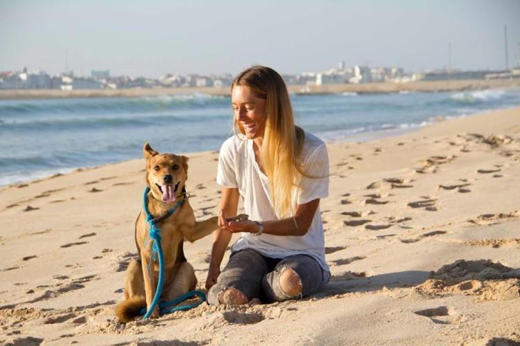 Joana Schenker, na Praia de Supertubos, com a cadela Sofia, que está para adoção (®IsaMartins)