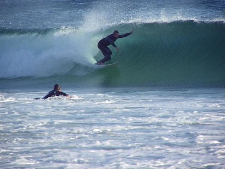 Carlos a 'ripar' no Zavial. Surfista venezuelano gosta de todas as ondas surfáveis no Algarve, mas tem preferências (®DireitosReservados)