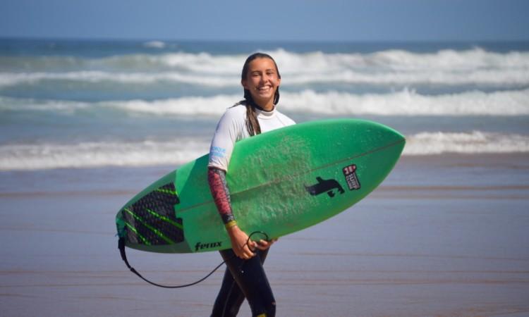 Concha Balsemão tem 13 anos de idade e fez meias-finais, 5º lugar, no Campeonato Nacional de Surf Esperanças Sub-16 Feminino (®PauloMarcelino/Arquivo)
