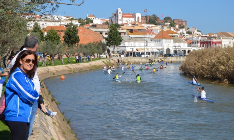 Chegada a Silves com algum público a assistir nas margens do Arade (®PauloMarcelino)