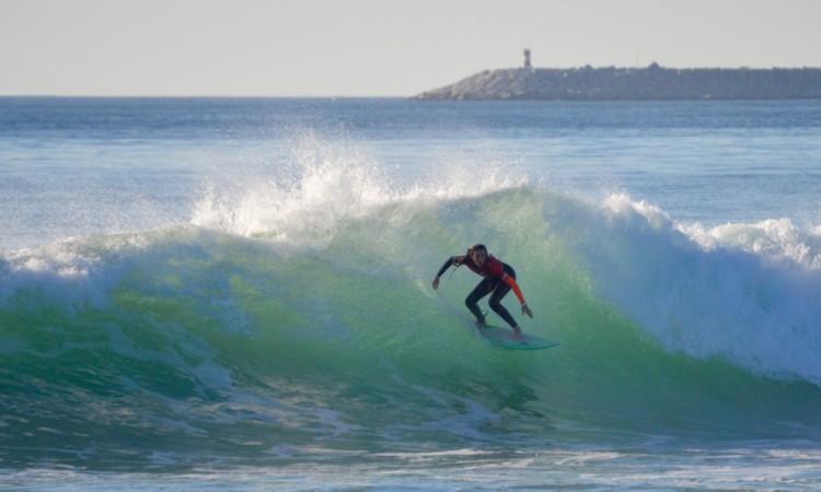 Surfista algarvia na final feminina do Open em São Torpes, que venceu, no final do mês passado… com a prancha mágica Ferox (®PauloMarcelino/Arquivo)