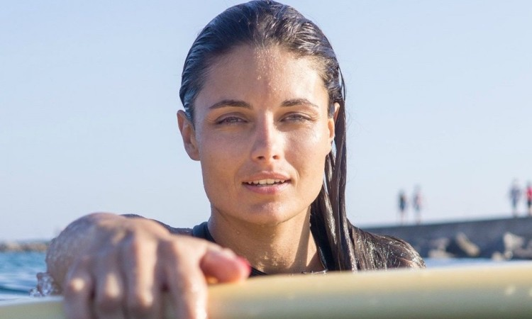 Mazari Zoio, modelo, surfista e blogger sempre presente nas ondas da Praia da Rocha (®bymazari)