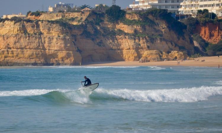 Guilherme Martins com uma SUP Wave Honuhele na Praia da Rocha (®PauloMarcelino)