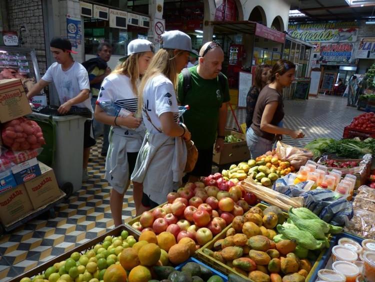 Algarvia com colegas da seleção e o selecionador num mercado em Iquique (®FPS)