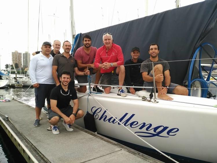 Tripulantes do Challenge, junto ao barco. Algarvio Luís Brito é o último à direita na imagem (®DR)