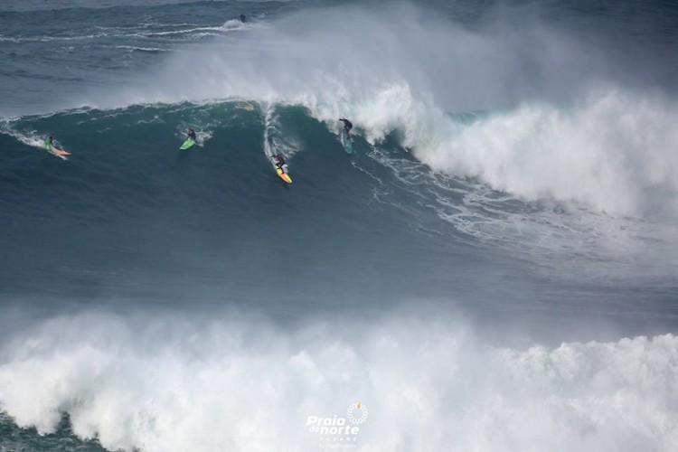'Crowd' em sessão de ondas gigantes. Alex Botelho à direita (®PraiaDoNorte)