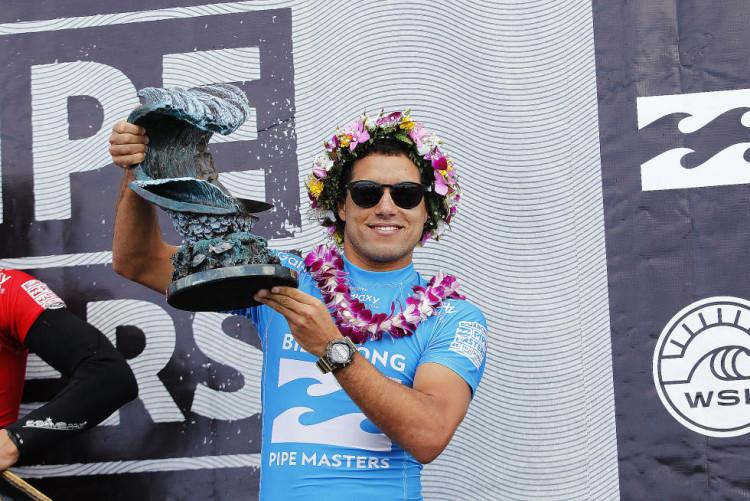 Adriano de Souza Pipe Master 2015; o primeiro brasileiro a conquistar o ambicionado título no Hawaii (®KirstinScholtz/WSL)