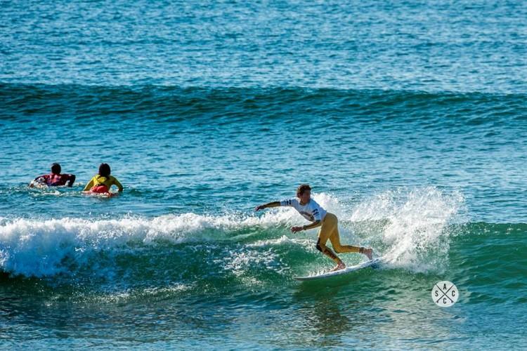 'Martim' Magalhães em ação no primeiro dia da etapa, sábado, com mar pequeno (®ASCC)