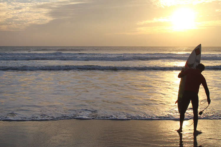 Surfistas de Albufeira surraram até ao por-do-.sol e fizeram a Festa de Natal durante a noite (®PedroAlexandre)