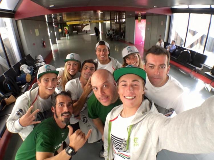 'Selfie' da Seleção Nacional de Bodyboard, tirada por Miguel Adão, esta quarta-feira à tarde, no Aeroporto de Lisboa (®MiguelAdao)