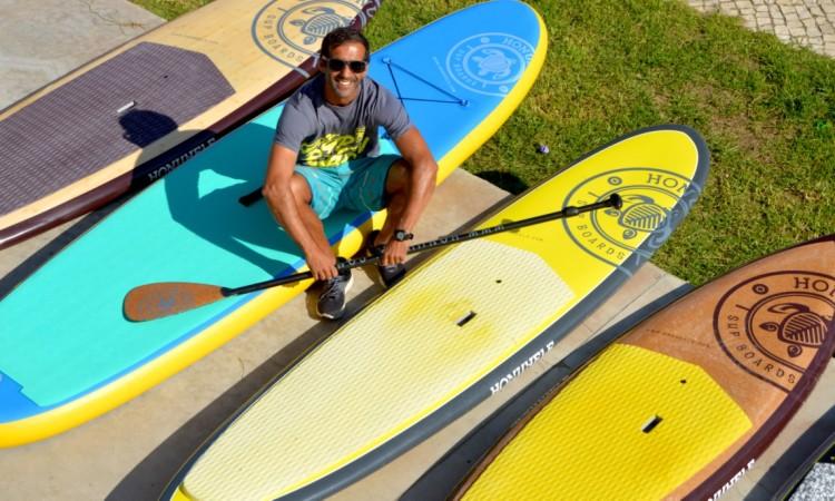 Guilherme Martins com algumas pranchas de SUP Honuhele, marca que criou em 2012 (®PauloMarcelino)