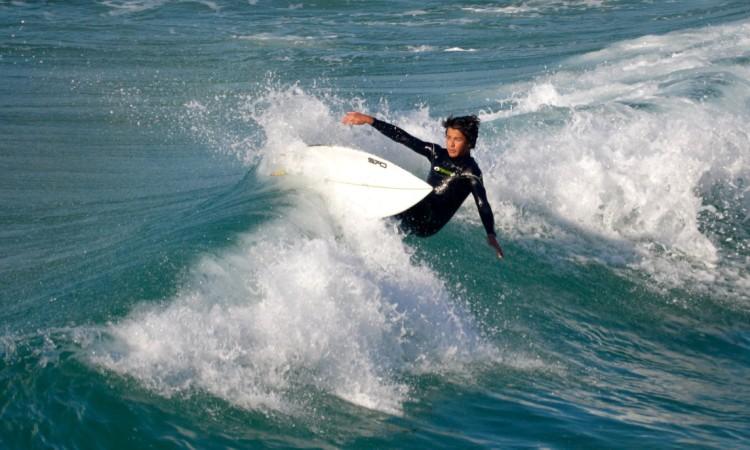 Surfista algarvio com a nova 'pele' Typhoon a 'partir a loiça' na Praia Grande de Porto Covo (®PauloMarcelino)