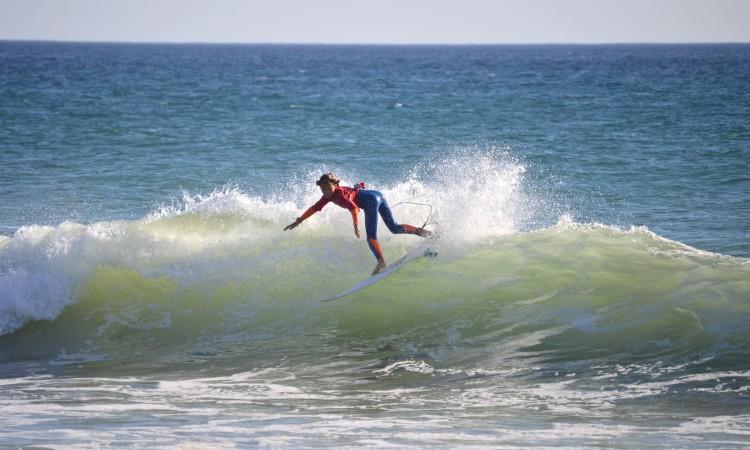 João Maria Mendonça em ação na 2ª etapa do Circuito Regional de Surf do Sul 2015, no qual se sagrou Campeão Sub-12 (®PauloMarcelino/Arquivo)