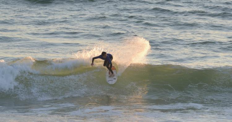 Praia de Faro costuma ser uma paragem mansa, mas pode surpreender. Vemos aqui Francisco Duarte, campeão regional Sub-18, na etapa do ano passado (®GansoPhotos)