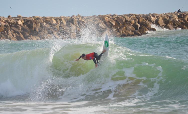 Praia da Falésia tem uma 'esquerda' poderosa, onde vemos Francisco Canelas em ação, em 2014 (®PauloMarcelino/Arquivo)