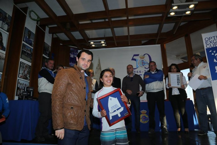 Beatriz Gago, Clube Naval de Portimão, recebe o prémio pelo 2º lugar Feminino. Foi 9ª na geral de 342 velejadores em Torrevieja (®JoaquinCarrion)