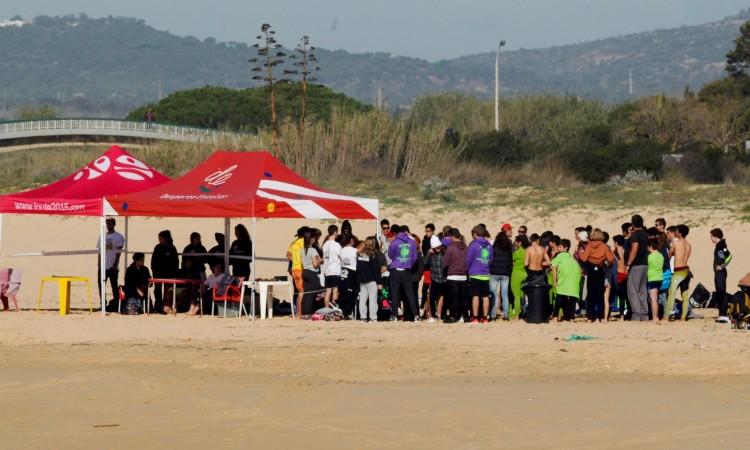 Encontro de desporto escolar na Praia da Falésia juntou 60 alunos do ensino básico da região, para uma prova de surf e bodyboard (®DR)
