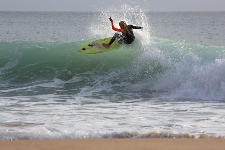 """Charlotte começou a surfar há 3 anos e teve uma """"evolução gigante"""" nos últimos sete meses (®JorgeSantos)"""
