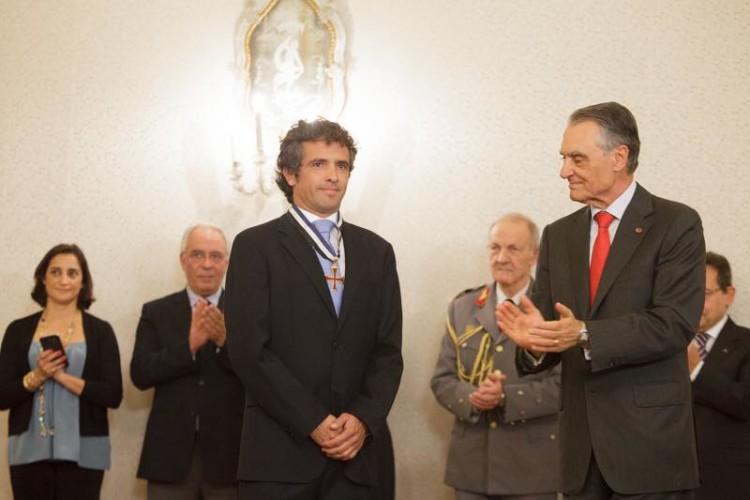 Hugo Rocha aplaudido por Cavaco Silva após ser investido com o Grande-Colar da Ordem do Infante (®PresidenciaRepublica)