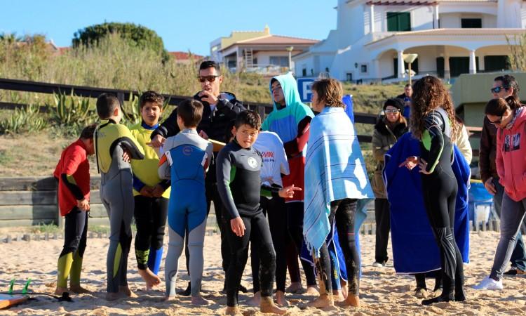 Cada vez mais jovens procuram o clube em Albufeira para praticar surf (®LuisFerreira)