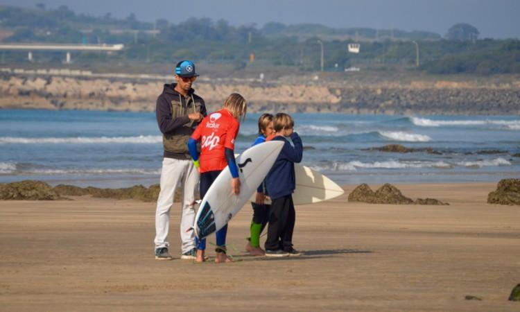 Paulo Almeida com alguns dos seus jovens alunos, que também mudam para o Portimão Surf Clube (®PauloMarcelino/Arquivo)