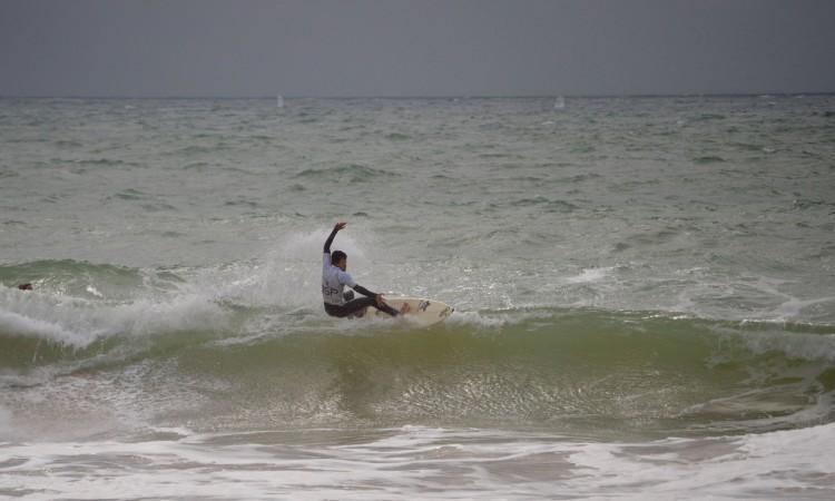 Bruno Gregório na final Sub-18. Surfista local, o atleta venceu em Sub-16 e Sub-18 com vitórias em todas as baterias  (®PauloMarcelino)